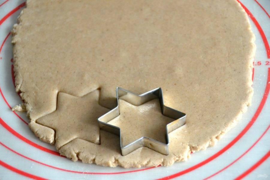 Формочкой вырежьте печенье.
