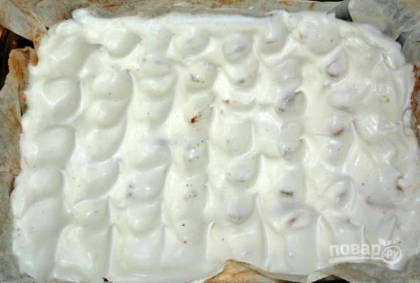 10. Выложите белки на пирог, отправьте противень обратно в духовку и выпекайте всё еще минут 15.