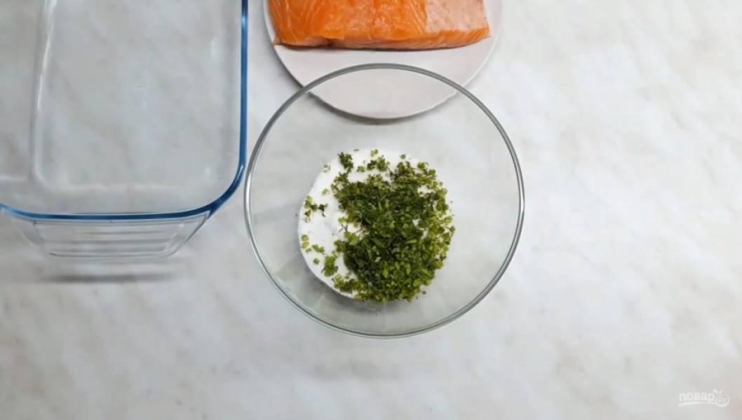 1. Для начала сделайте солевую смесь. Для этого смешайте соль, сахар и мелко нарезанную зелень.