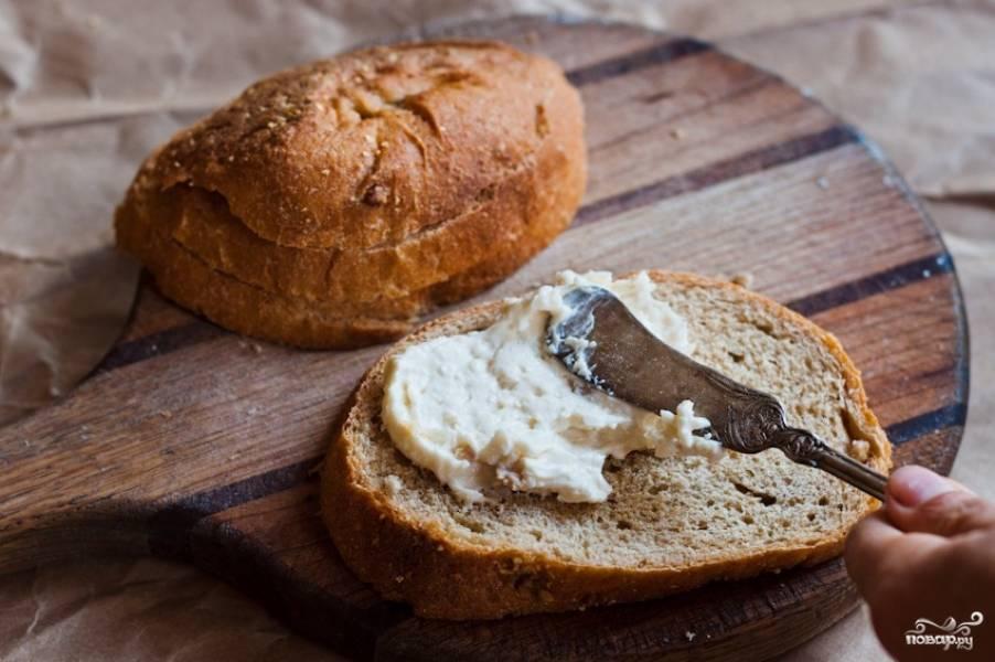 Намажьте хлеб сливочным сыром.