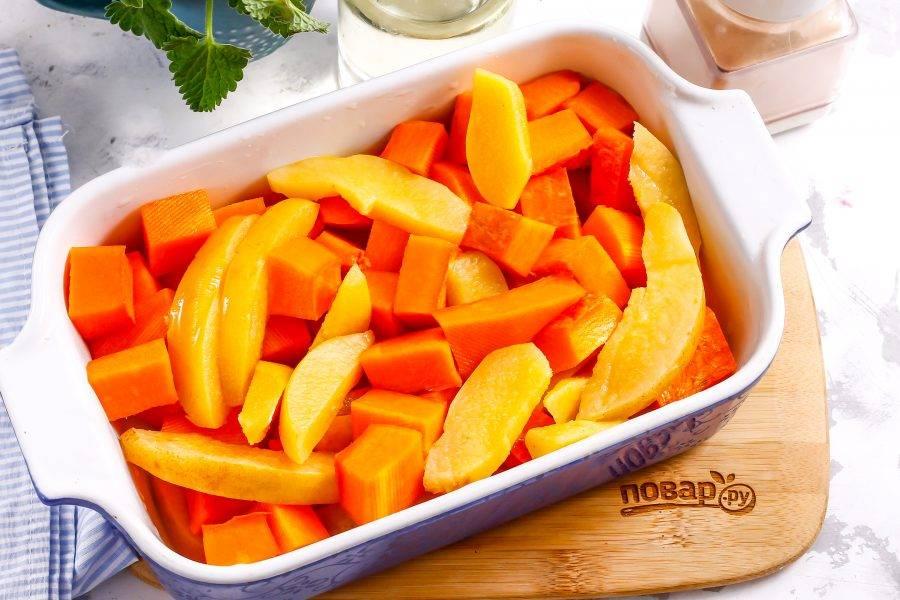 Смажьте растительным или сливочным маслом форму для запекания, выложите ломтики тыквы и айвы в нее.
