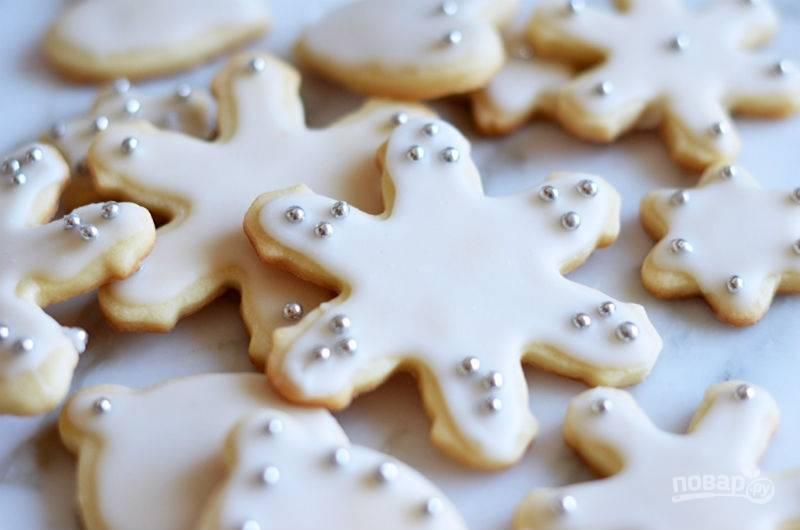 Смажьте печенье глазурью. Сверху добавьте посыпку. Дайте изделиям остыть перед подачей. Приятного чаепития!