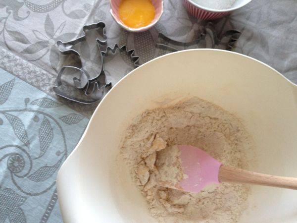 Для начала мы просеиваем через сито муку, молотую корицу и имбирь, соль и соду, перемешиваем. К полученной смеси добавляем размягченное сливочное масло и перетираем в крошку.