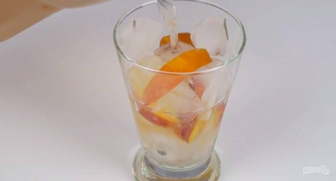 2. Стакан наполните льдом и свежими нарезанными персиками. Залейте чай и сразу подайте. Лимонад с мятой: в кастрюле соедините воду и сахар, доведите до кипения. Дайте сахару раствориться и полностью остудите.