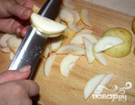 2.Промываем хорошо яблоки, режем на половинки и сердцевину вырезаем. Тонкими ломтиками нарезаем яблоки, чтобы они не потемнели, сбрызгиваем лимонным соком.