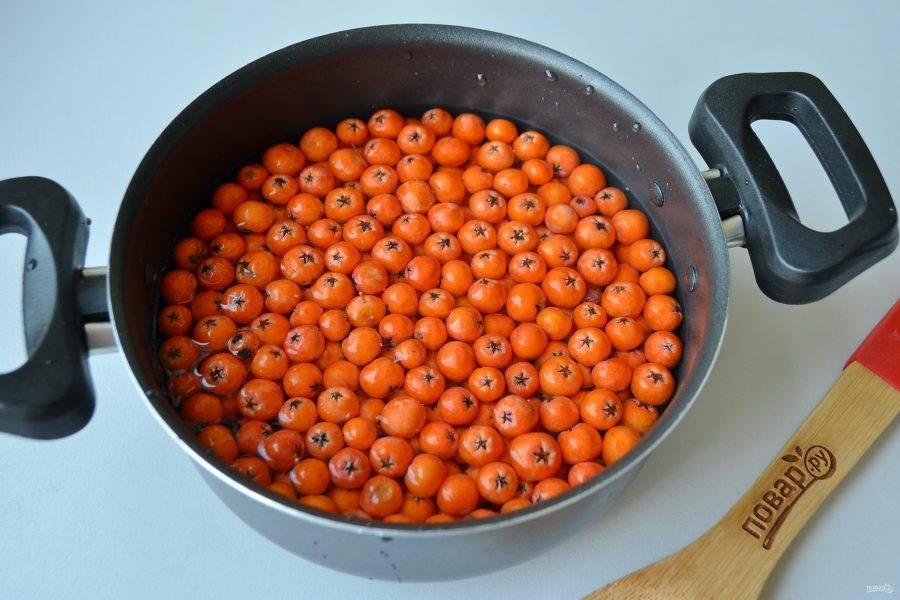 3. Залейте водой так, чтобы только покрыло ягоды (вровень с ягодами). Доведите до кипения и варите на медленном огне до разваривания ягод.