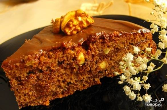 Оставьте пропитываться торт в холодильнике на 10 часов. Потом украсьте его по своему усмотрению и подавайте. Приятной дегустации!