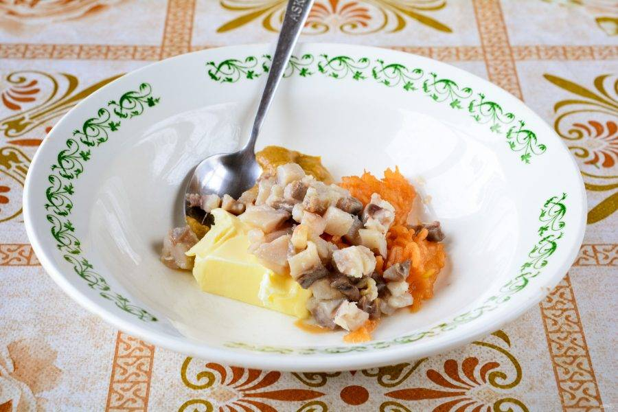Нарежьте кубиками филе малосольной селедки и добавьте в начинку, перемешайте. По желанию добавьте соль и перец.