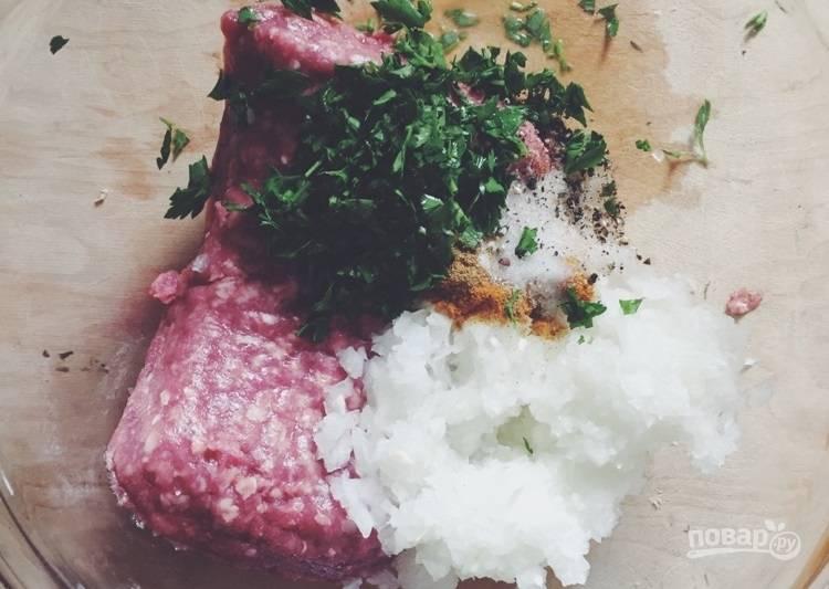 1.В миску выложите бараний фарш, добавьте измельченный лук, чеснок и петрушку, а также соль и все специи.