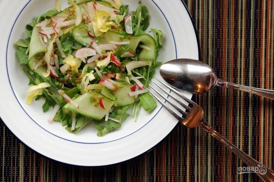 Салат со свежим огурцом и редисом