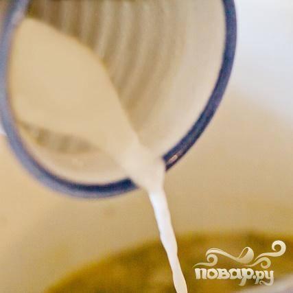 5. Взбить 2 столовые ложки воды и кукурузный крахмал в небольшой миске. Добавить полученную смесь в слегка кипящий суп и быстро размешать. Готовить около 3 минут, пока суп не загустеет.