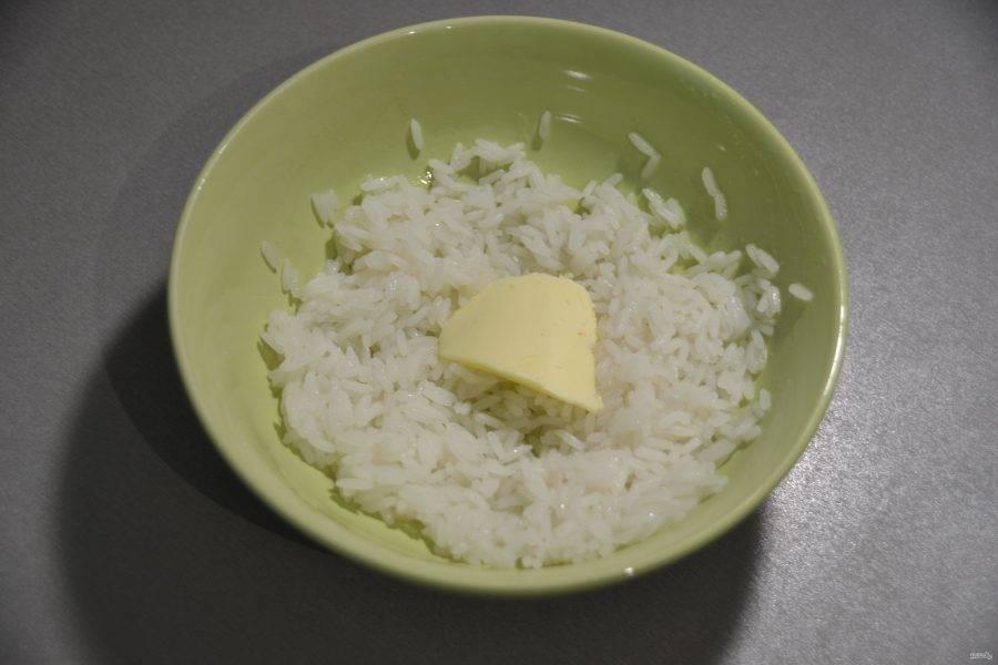 Пока тесто находится на расстойке, сварите рис для начинки, положите в него небольшой кусочек масла.