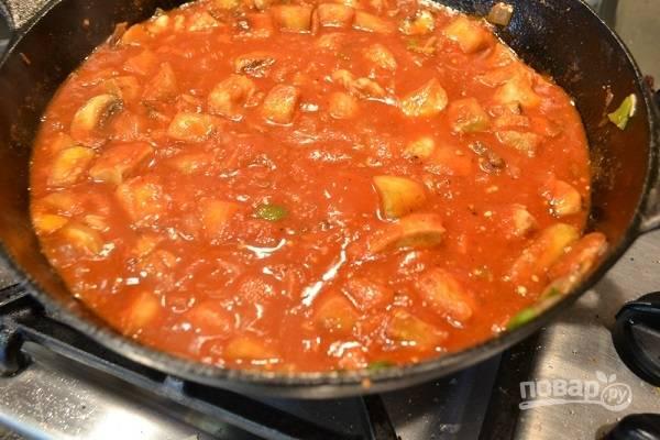 4. Выложите на сковороду томатный соус (или пасту, разведенную водой). Добавьте сметану, сахар, соль по вкусу. После закипания убавьте огонь до минимума и томите минут 20-25.