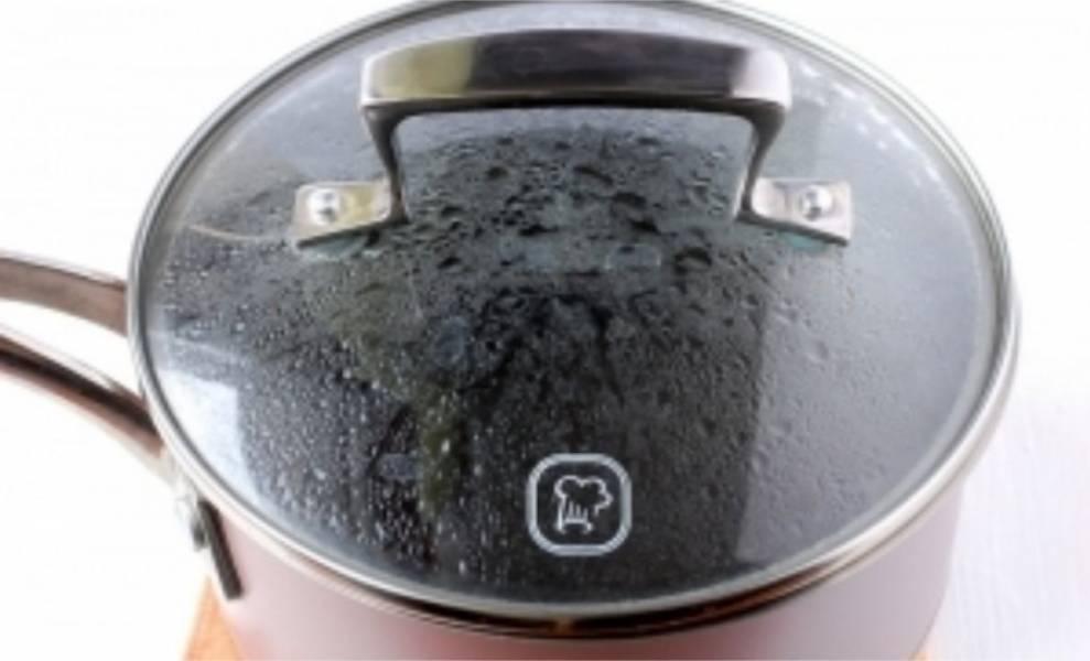 3. Пока рис отваривается, залейте мак 1 стаканом кипятка, накройте крышкой и отстаивайте в течении получаса.