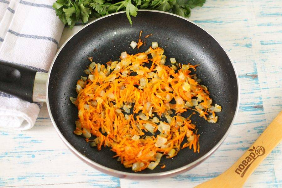 Очистите от кожуры лук и морковь, натрите морковь на терке, а лук нарежьте мелкими кубиками. Отпассеруйте обе нарезки на сковороде в прогретом растительном масле до румяности.