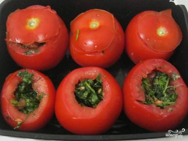 7. Готовые фаршированные помидоры сверху можете украсить зеленью, а можете просто накрыть ранее отрезанной крышечкой - в любом случае вид у них будет аппетитный.