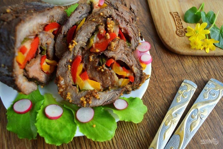 Удалите кулинарный шпагат. Нарежьте готовый рулет на кусочки и подавайте к столу. Приятного аппетита!