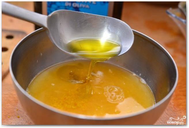 Делаем соус. Натираем цедру 1/2 апельсина, выжимаем из половины апельсина сок, смешиваем с двумя ложками оливкового масла.