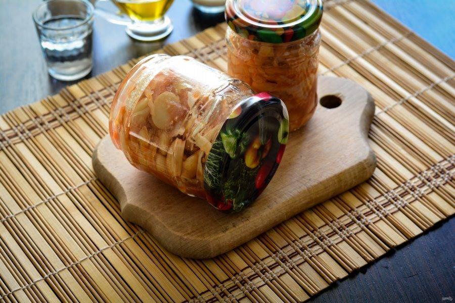 Закатайте банки крышками и утеплите до полного остывания. Выход готового салата - 1 литр. Салат можно распределить в банки любого подходящего размера.