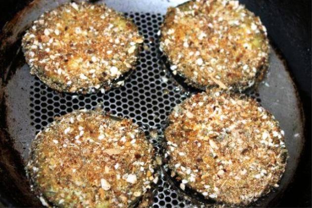И обжарьте на хорошо разогретой сковороде по 5 минут с каждой стороны. Украсьте баклажаны половинками маленьких помидор, свежей зеленью, и подайте на стол.
