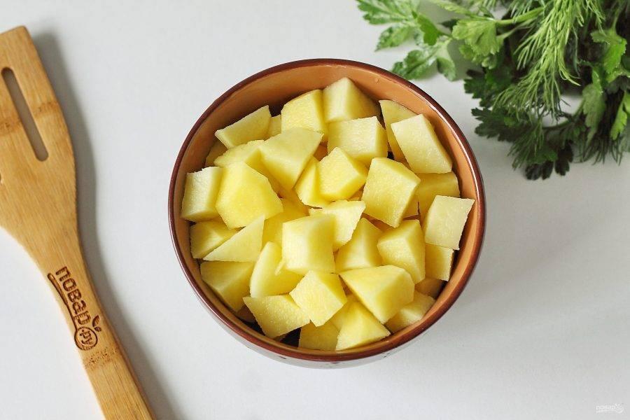 Пока варится капуста, нарежьте кубиками картофель и как капуста всплывет, добавьте картофель в воду.