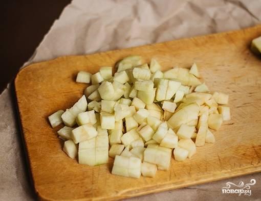 Предварительно достаньте размораживаться тесто и начинайте делать начинку. Яблоки помойте, почистите и нарежьте кубиками.