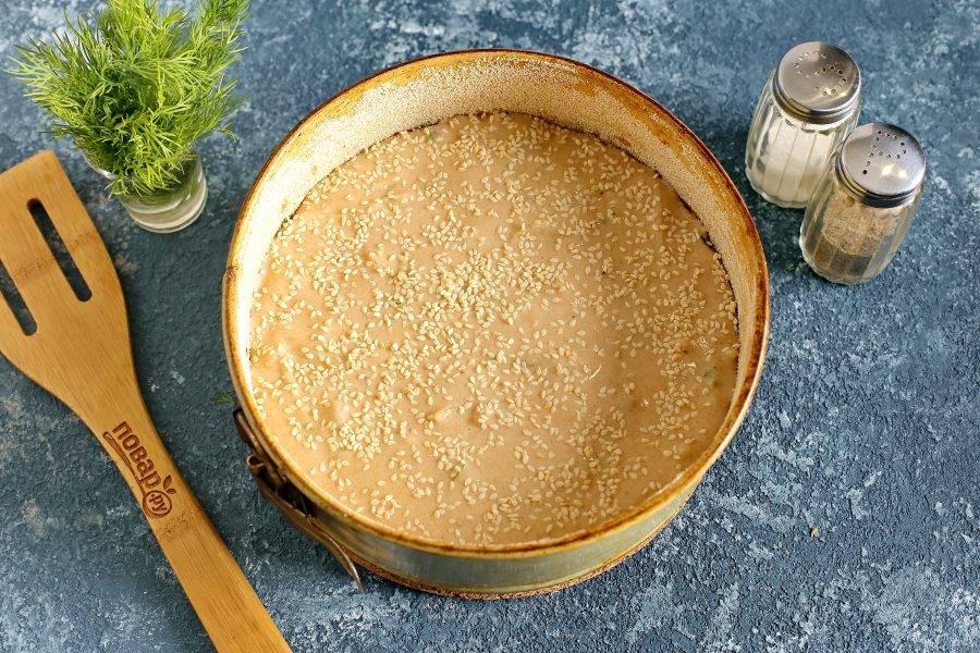 Полейте начинку оставшимся тестом и посыпьте кунжутом. Выпекайте в духовке при температуре 180 градусов около 30-40 минут.