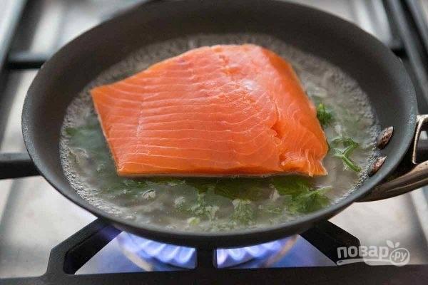 1.Промойте рыбу и вытрите ее салфетками, посолите. Почистите и нарежьте тонкими ломтиками шалот. Промойте под проточной водой зелень. Влейте вино и воду в глубокую кастрюлю, уложите на дно зелень и овощи, доведите до кипения на среднем огне.