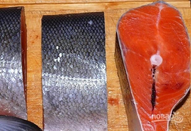 Рыбу промойте, а потом нарежьте на равные куски среднего размера.