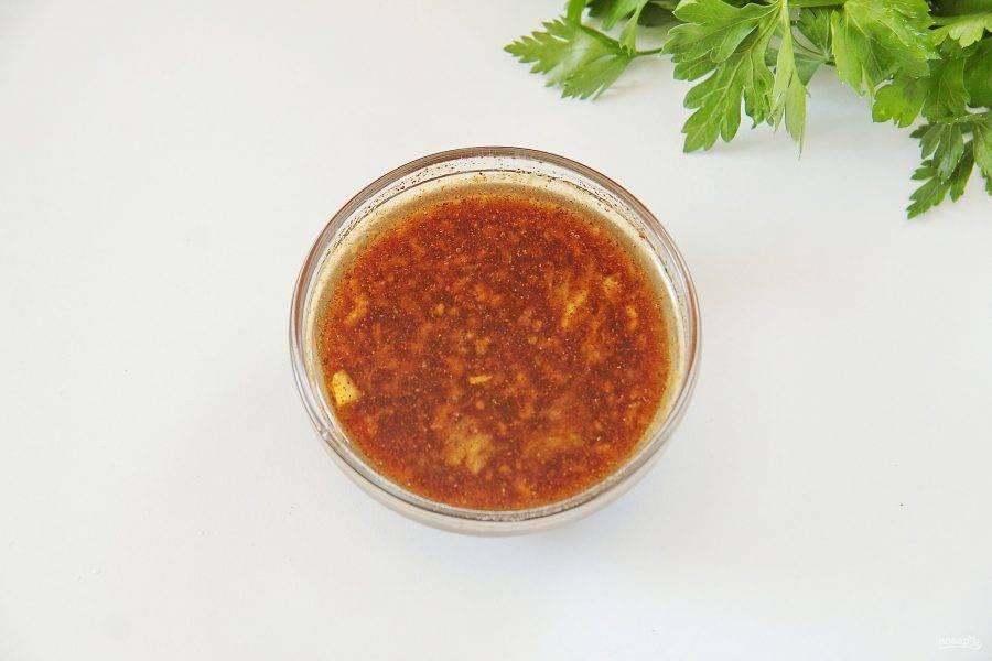 2. Приготовим маринад для мяса. Для этого соедините 5 ст.л. соевого соуса, мед, горчицу и растительное масло. Перемешайте. Добавьте пропущенный через пресс чеснок, красный и черный молотый перец. Перемешайте все еще раз.
