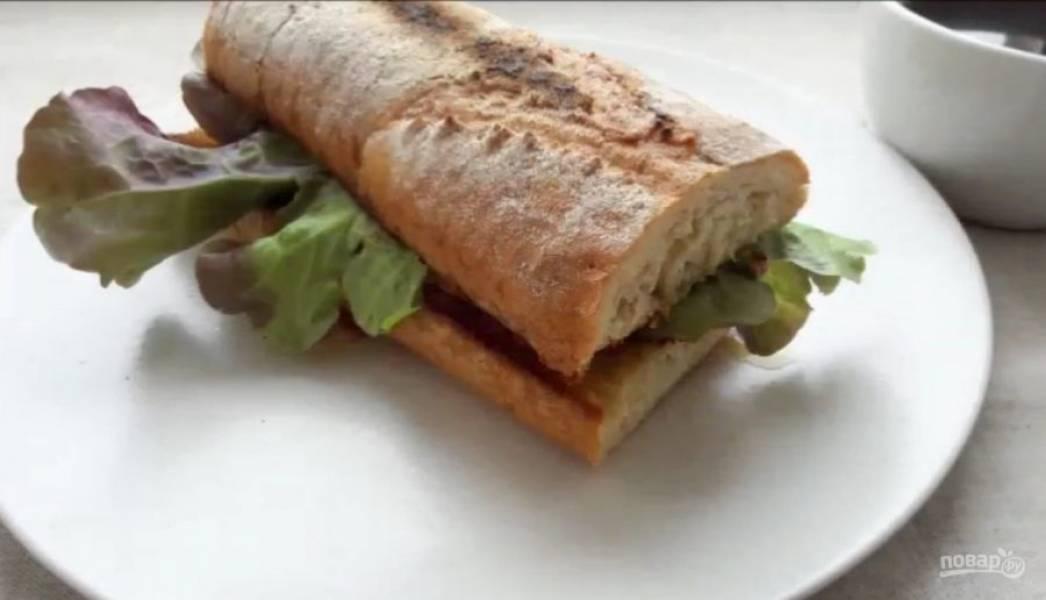 5. Прикройте сэндвич другим ломтиком хлеба. Приятного аппетита!