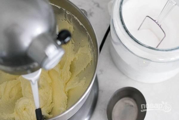 2. Размягченное сливочное масло взбейте с сахаром до пышности. Просеянную пшеничную муку соедините с миндальной, добавьте соль. Отдельно соедините молоко, апельсиновый сок, миндальный и ванильный экстракт.