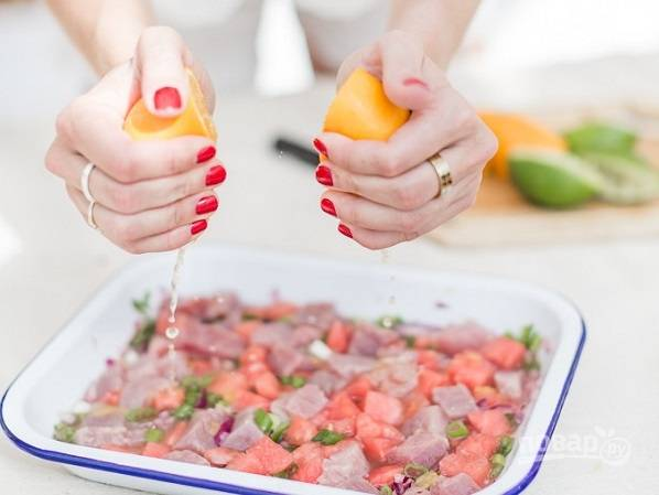 5. Посолите, поперчите, добавьте мед, выжмите сок из апельсинов и лимонов. Оставьте севиче с тунцом и арбузом на 2-3 часа промариноваться.