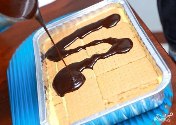 8. Верхний слой завершите печеньем и полейте сверху глазурью. Дополнительно можно украсить орешками, зефиром или ягодами, например.