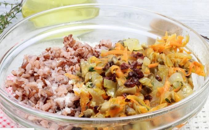 Соединяем жареные овощи с отварным рисом и барбарисом.