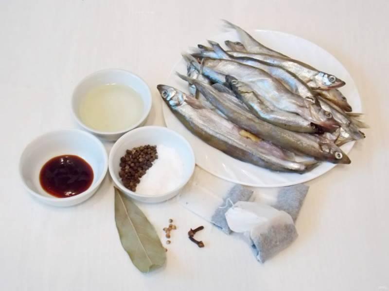 Подготовьте все необходимые ингредиенты для приготовления домашних шпрот в мультиварке.