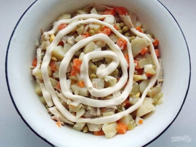3. Добавляем майонез и все тщательно перемешиваем. Такой салат можно разнообразить зеленым луком или маринованным луком, а также зеленью петрушки или укропом.