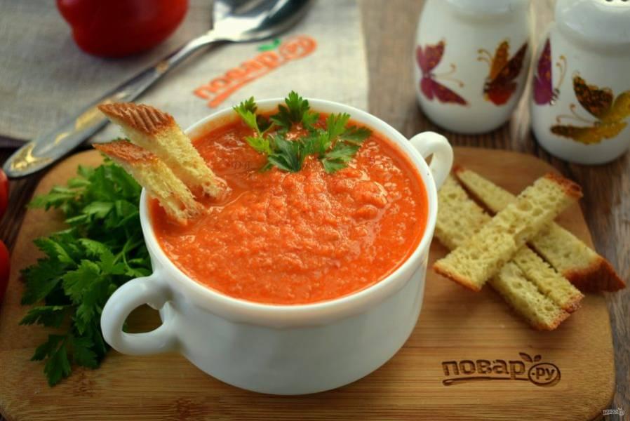 Добавьте стакан горячей воды, перемешайте, перелейте пюре в кастрюлю и проварите в течение 5 минут. Подавайте томатный суп-пюре с чесночными гренками и свежей зеленью. Приятного аппетита!