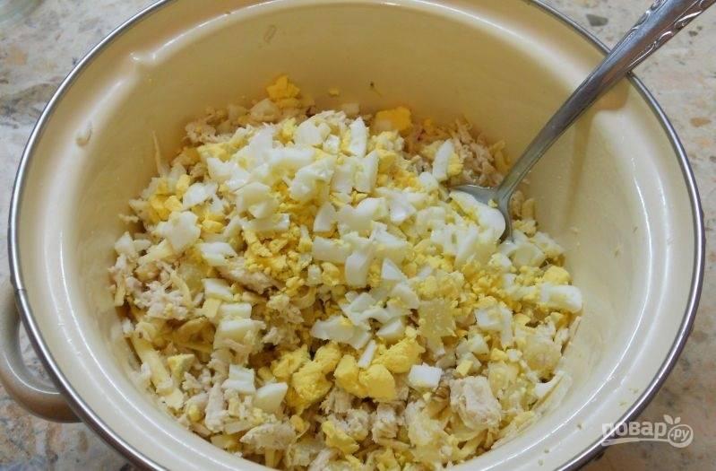 3.Вареные яйца очищаю и нарезаю кубиками, чеснок чищу и измельчаю с помощью мелкой терки, добавляю все ингредиенты к остальным продуктам.