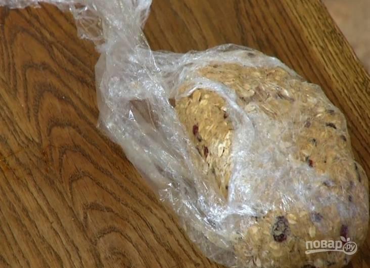 5.Сформируйте тесто в ком и оберните его пленкой, отправьте в холодильник на полчаса.