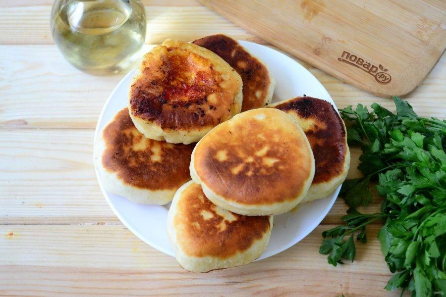 Беляши с помидорами и сыром готовы. Кушайте горячими!