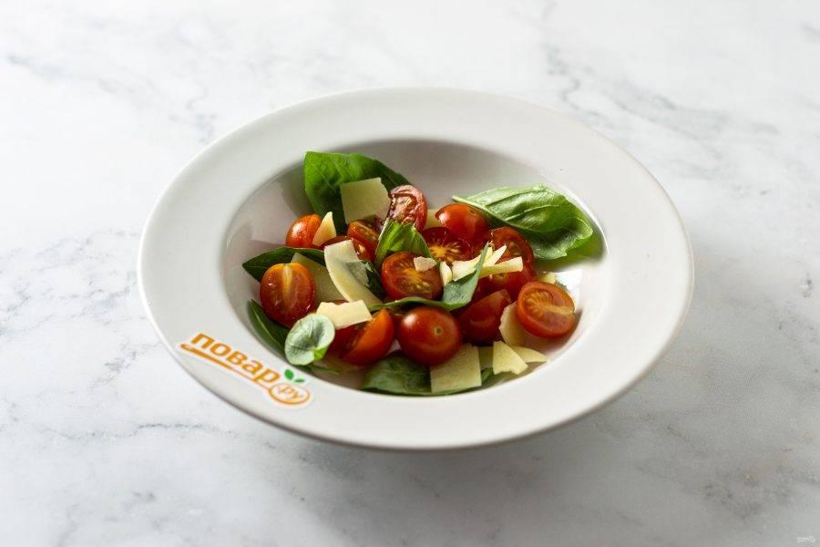 Соедините в миске сыр, базилик и помидоры.  Подсолите. Сбрызнете оливковым маслом, лимонным соком и бальзамическим соусом.