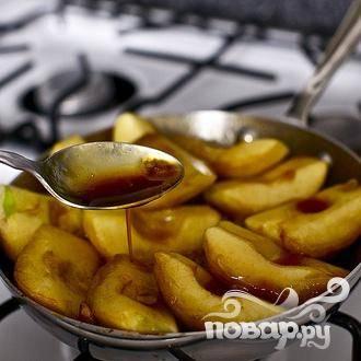 4. Вернуть сковороду на плиту и готовить 20-25 минут на умеренно сильном огне. Ложкой периодически черпайте карамель и поливайте ею яблоки.