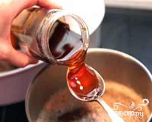 2.Возьмем ковшик и смешаем в нем горчицу, мед и пиво. Ставим на огонь, помешиваем. По вкусу соус можно делать острым или сладким.