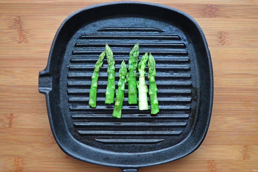От спаржи отрежьте самую нежную ее часть, поджарьте на сковороде-гриль.