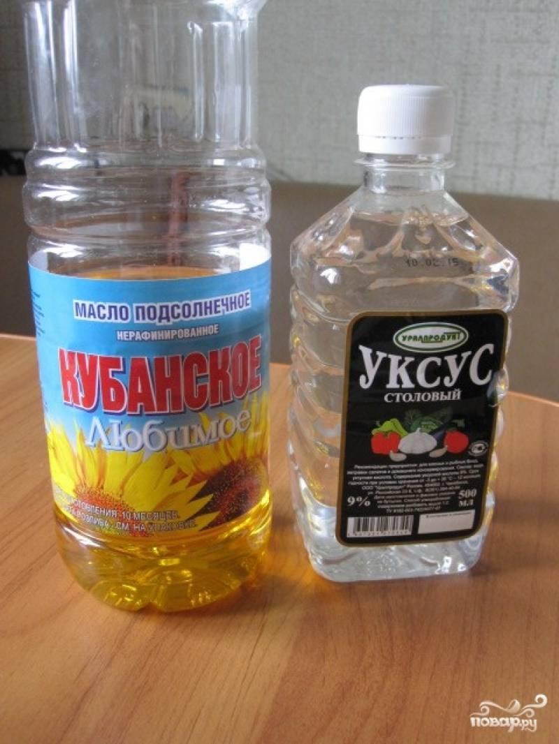 Влейте в кастрюлю масло растительное, уксус, добавьте соль.
