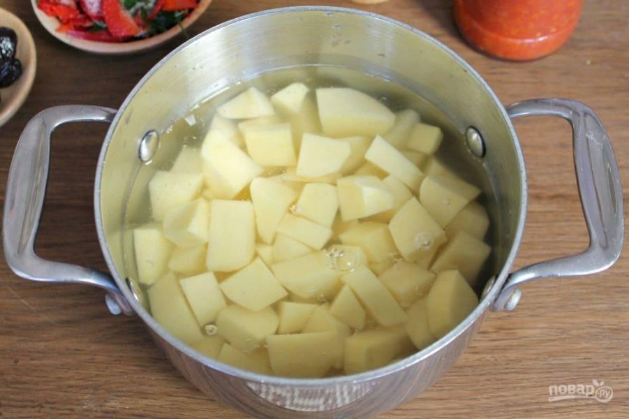 Картофель чистим, режем и варим до готовности в отдельной кастрюле.