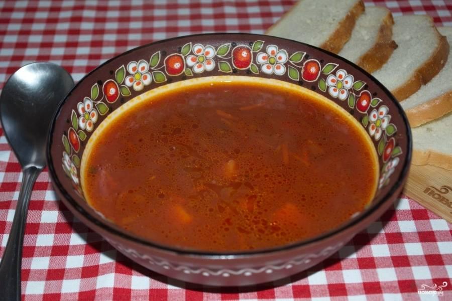10. Через 5 минут добавьте в бульон зажарку. Варите все не небольшом огне до готовности овощей. В самом конце посолите и поперчите суп. Если томат слишком кислый, добавьте немного сахара. Разлейте свекольник по мискам и подайте к столу.
