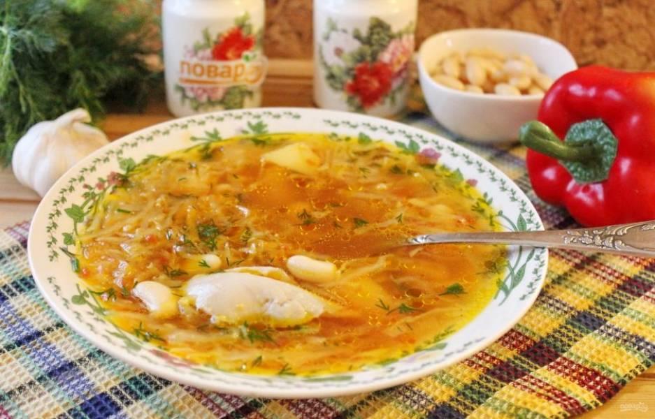 Ароматный, сытный и вкусный борщ готов. При подаче в каждую тарелку добавьте отварную курицу.