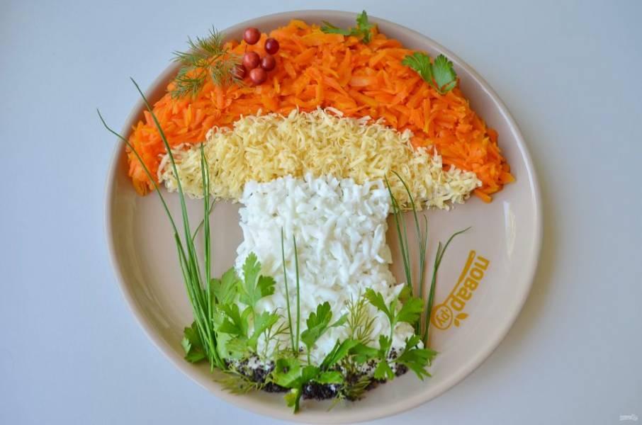 8. Оформите салат зеленью, я использовала зеленый лук, укроп, петрушку. Чтобы ножку гриба сделать более правдоподобной, я посыпала маком.